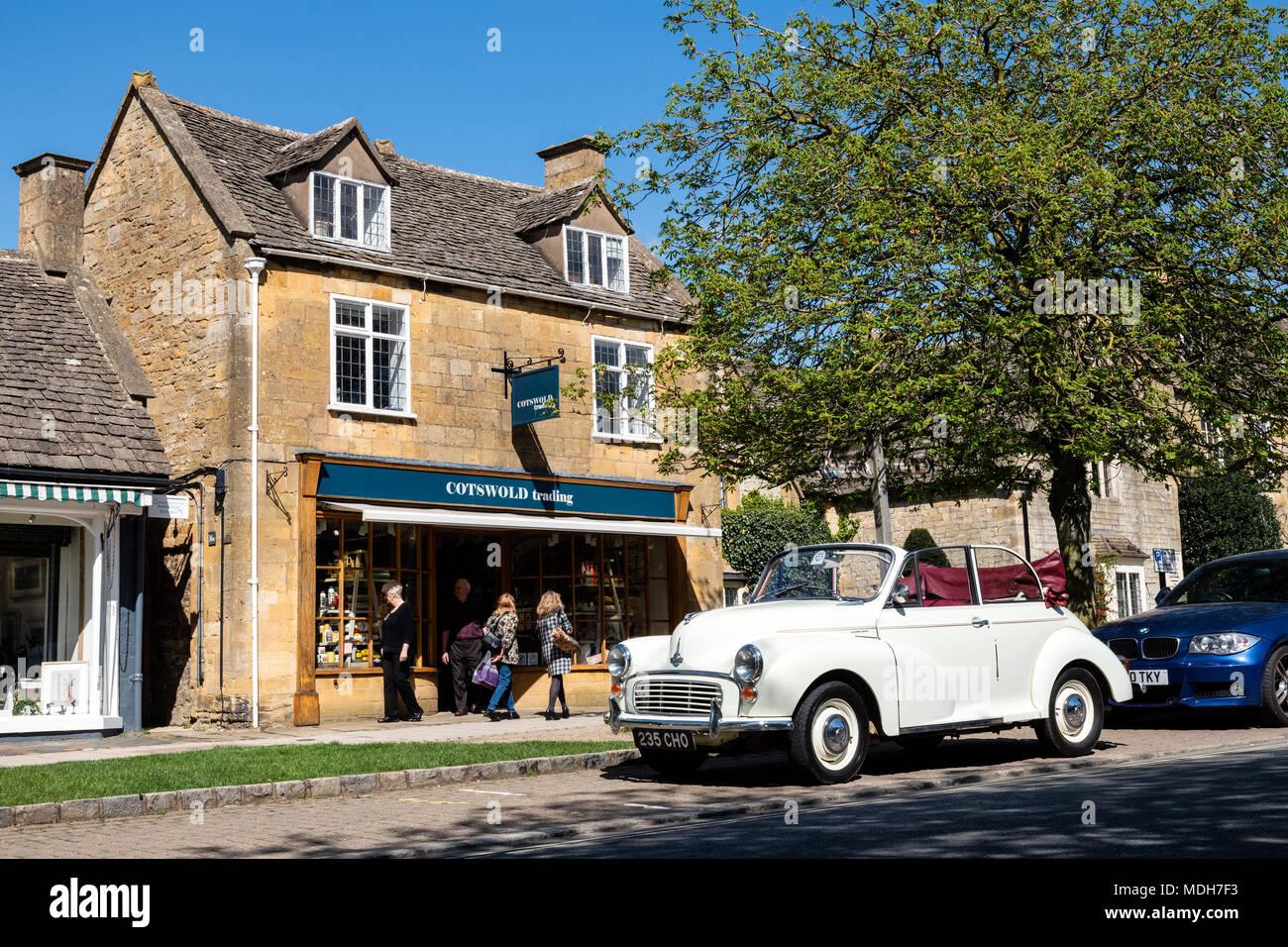 Morris Minor Cabrio auf der High Street, Broadway Cotswolds an einem sonnigen Frühlingstag mit blauer Himmel geparkt. Stockbild