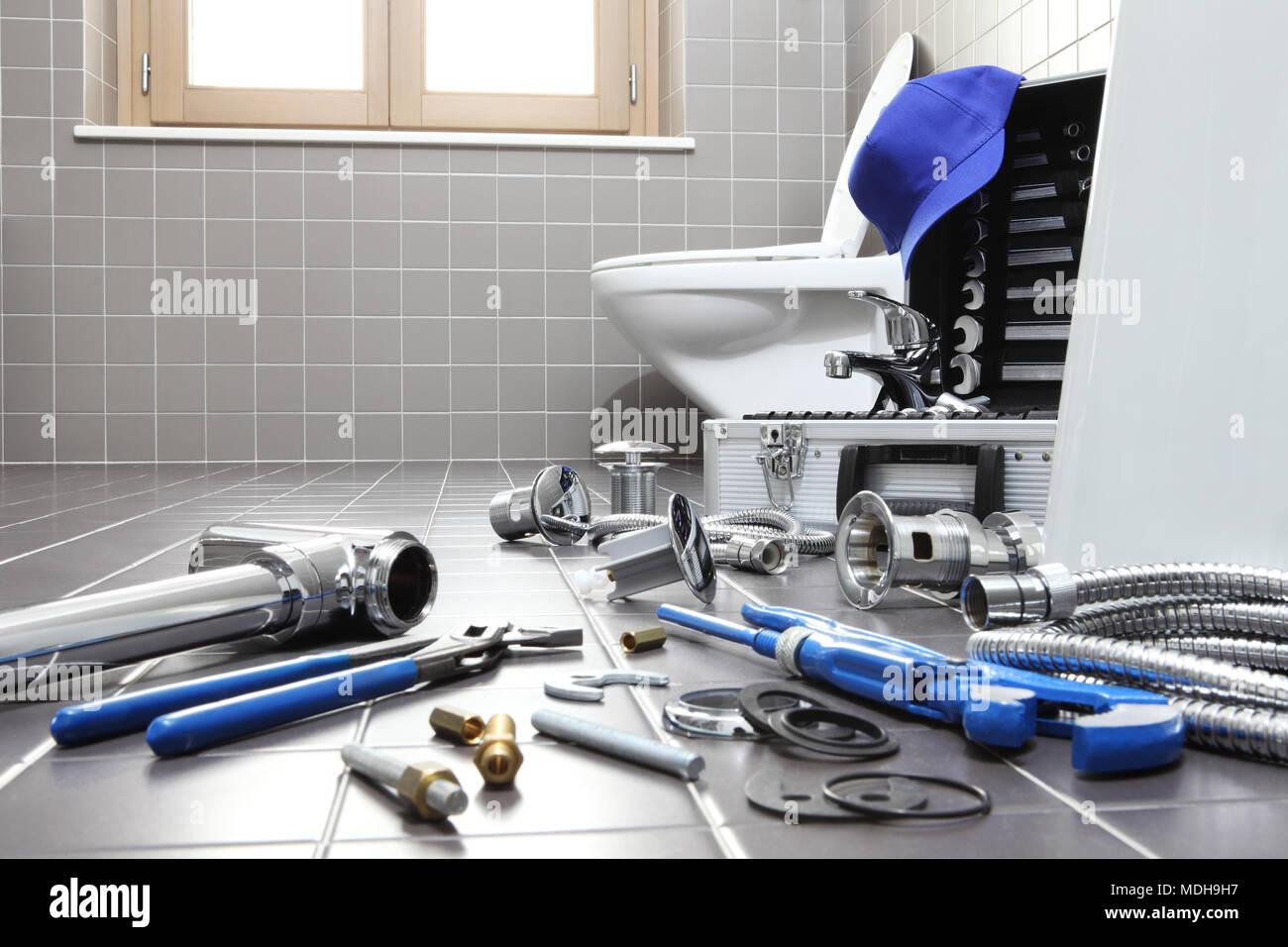 Klempner Werkzeuge und Geräte in einem Badezimmer, Sanitär Reparatur ...