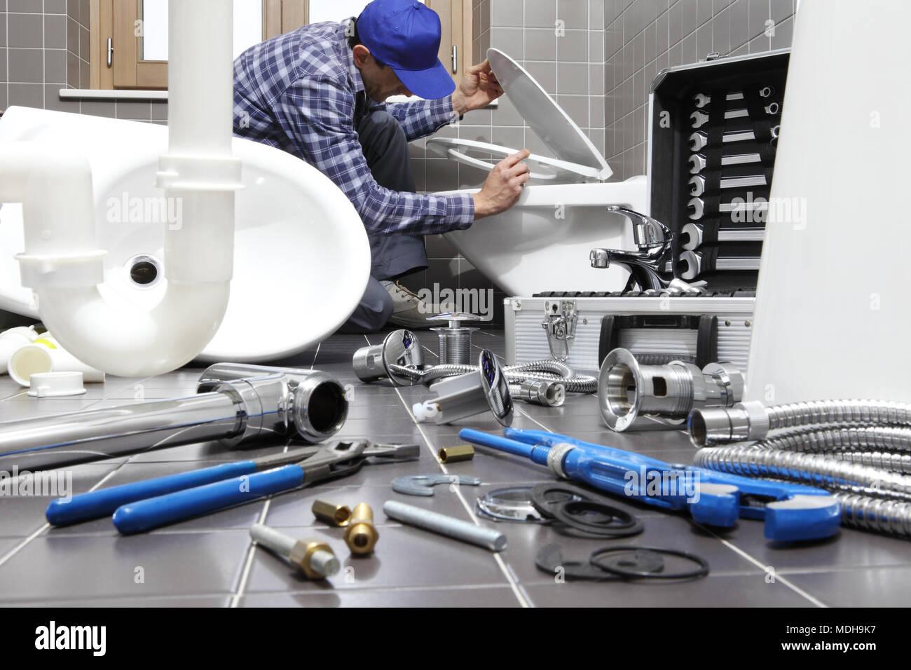 Badezimmer Installation, klempner an der arbeit in einem badezimmer, sanitär reparatur, Design ideen
