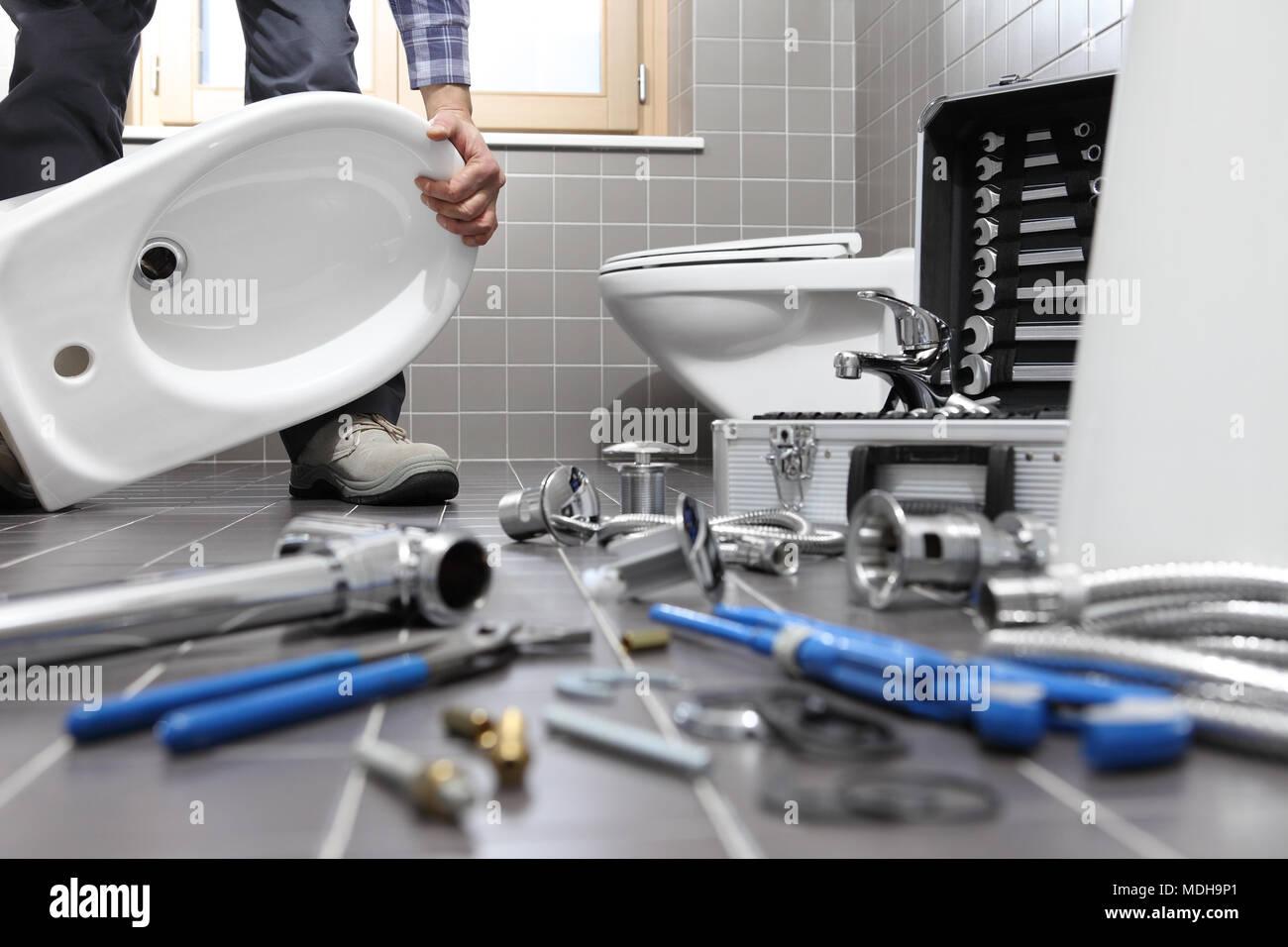 Klempner an der Arbeit in einem Badezimmer, Sanitär Reparatur ...