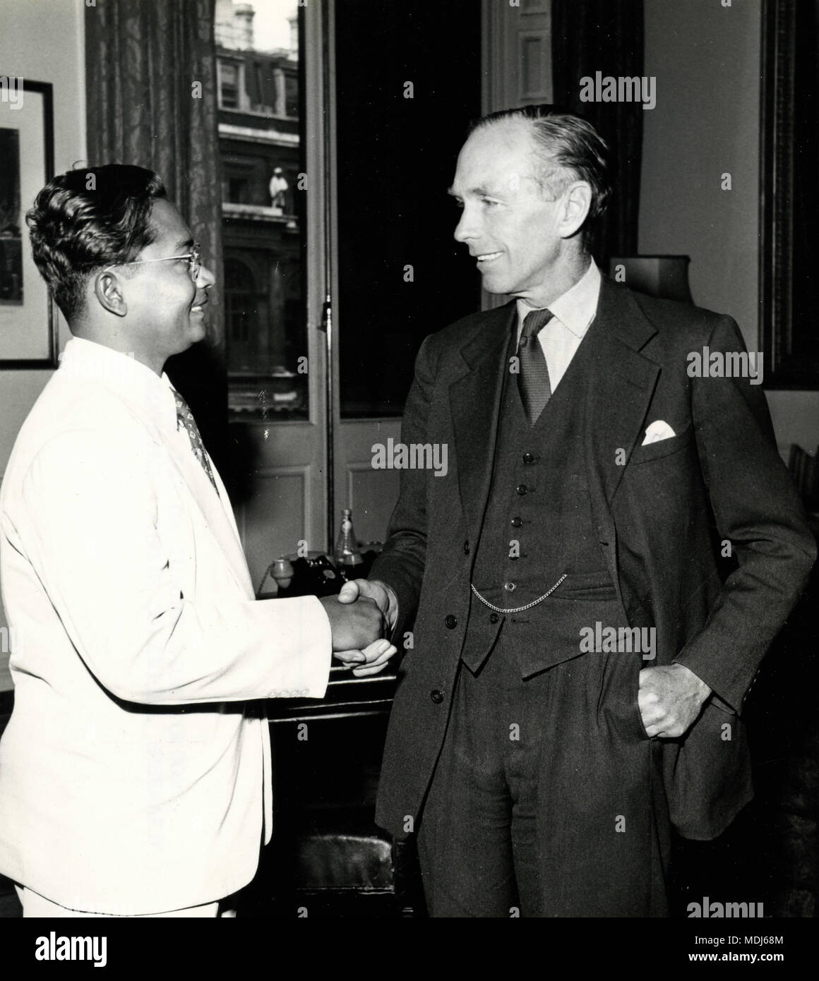 Pakistanische Dr Mazhar-ul-Islam trifft PM Alec Douglas-Home, Graf von Home am Commonwealth Relations Office, London, Großbritannien 1958 Stockbild
