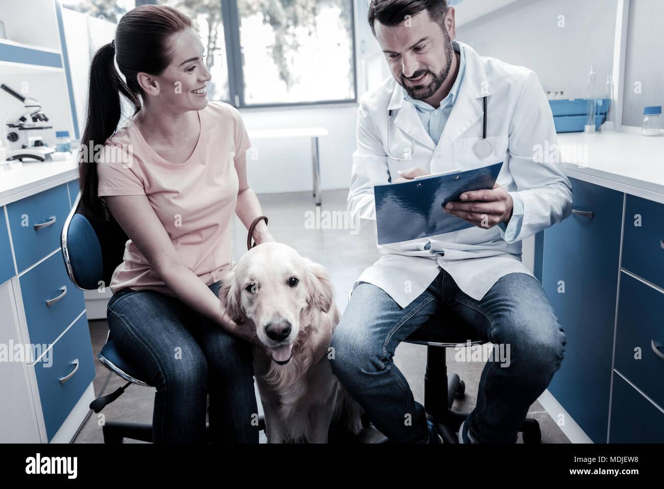 Schöne fröhliche Frau beim Arzt suchen Stockbild