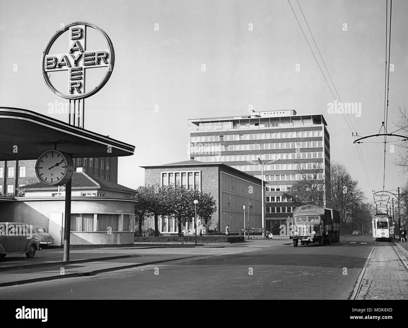 Das Bayer Kreuz am Eingang der Bayer AG in Leverkusen, 1955 fotografiert. Foto: Otto Noecker (c) dpa-Bericht | Verwendung weltweit Stockbild