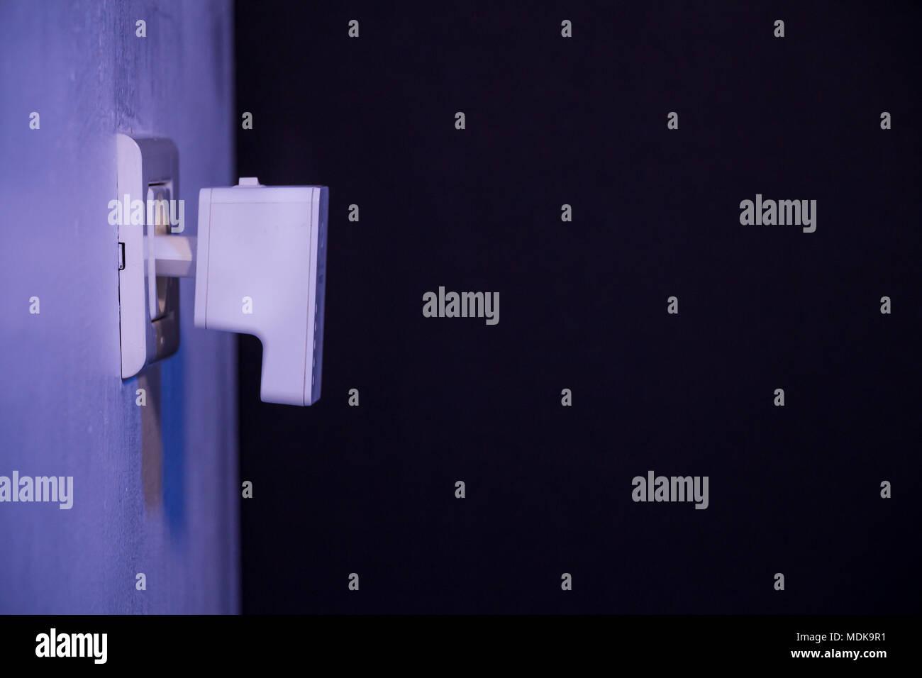 Sehr Wlan Repeater in Steckdose an der Wand. Gerät, mit dem drahtlosen JJ43