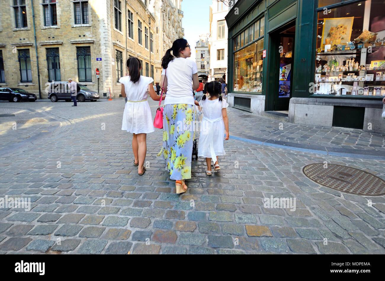 Brüssel, Belgien. Asiatische Familie - Mutter und zwei Töchter Stockbild