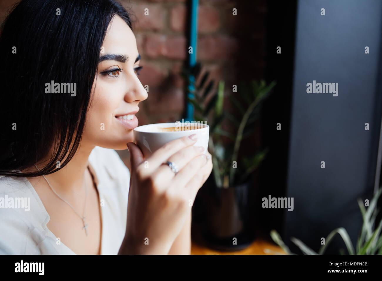 Kaffee. Schöne Mädchen, Trinken Tee Oder Kaffee Im Cafe. Schönheit Modell  Frau Mit Der Tasse Heißen Getränk. Warme Farben Getönt