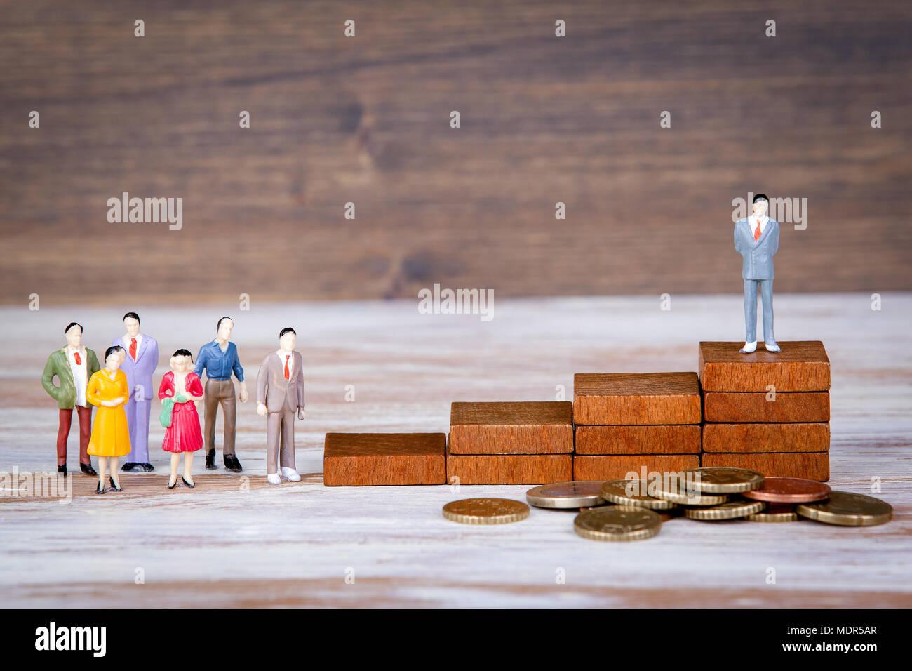 Karriereleiter. Die Zukunft der Arbeit, Wettbewerb und geschäftlichen Hintergrund. Bunte menschliche Figuren Stockbild