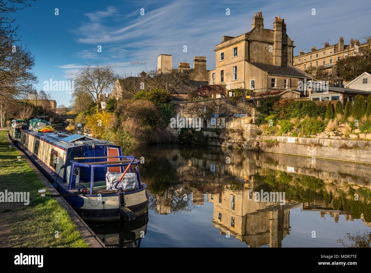 Häuser entlang Kennet und Avon Kanal in Bath, Somerset, UK. Vor 200 Jahren den Kanal eine wichtige Handelsroute zwischen Bristol und London. Stockbild