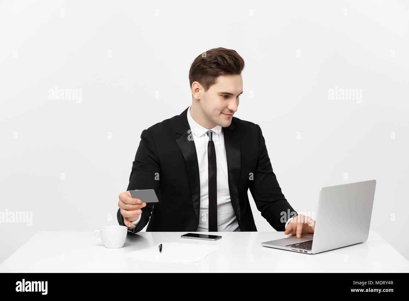 Junge Unternehmer mit Notebook und Kreditkarte über weißem Hintergrund Stockfoto