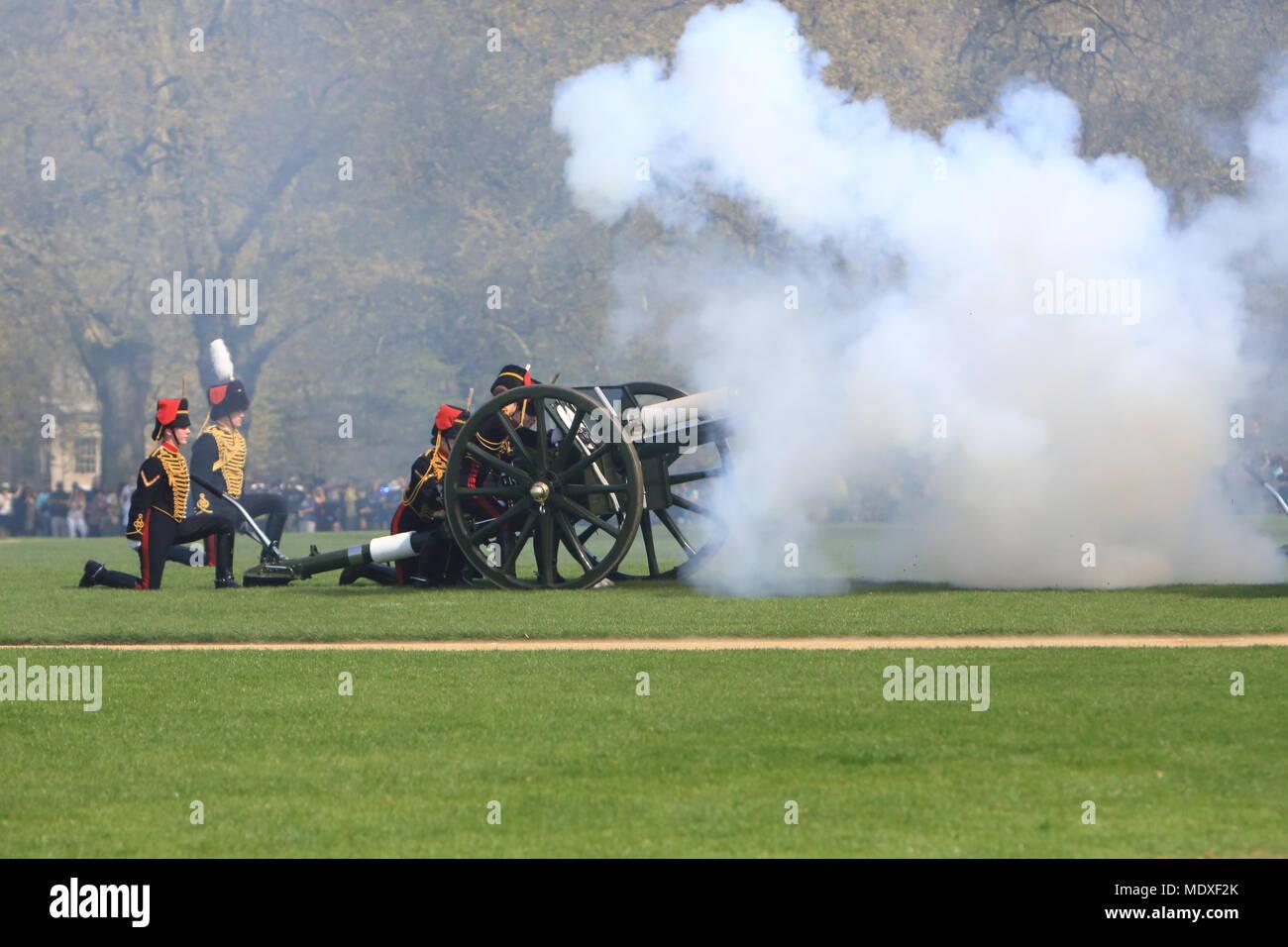 London, Großbritannien. 21. April 2018. Ein 41 gun Salute im Hyde Park, London, fand heute am 21. April und der 92. Geburtstag von Ihrer Majestät Königin Elizabeth 11 zu markieren. Credit: Monica Wells/Alamy leben Nachrichten Stockbild