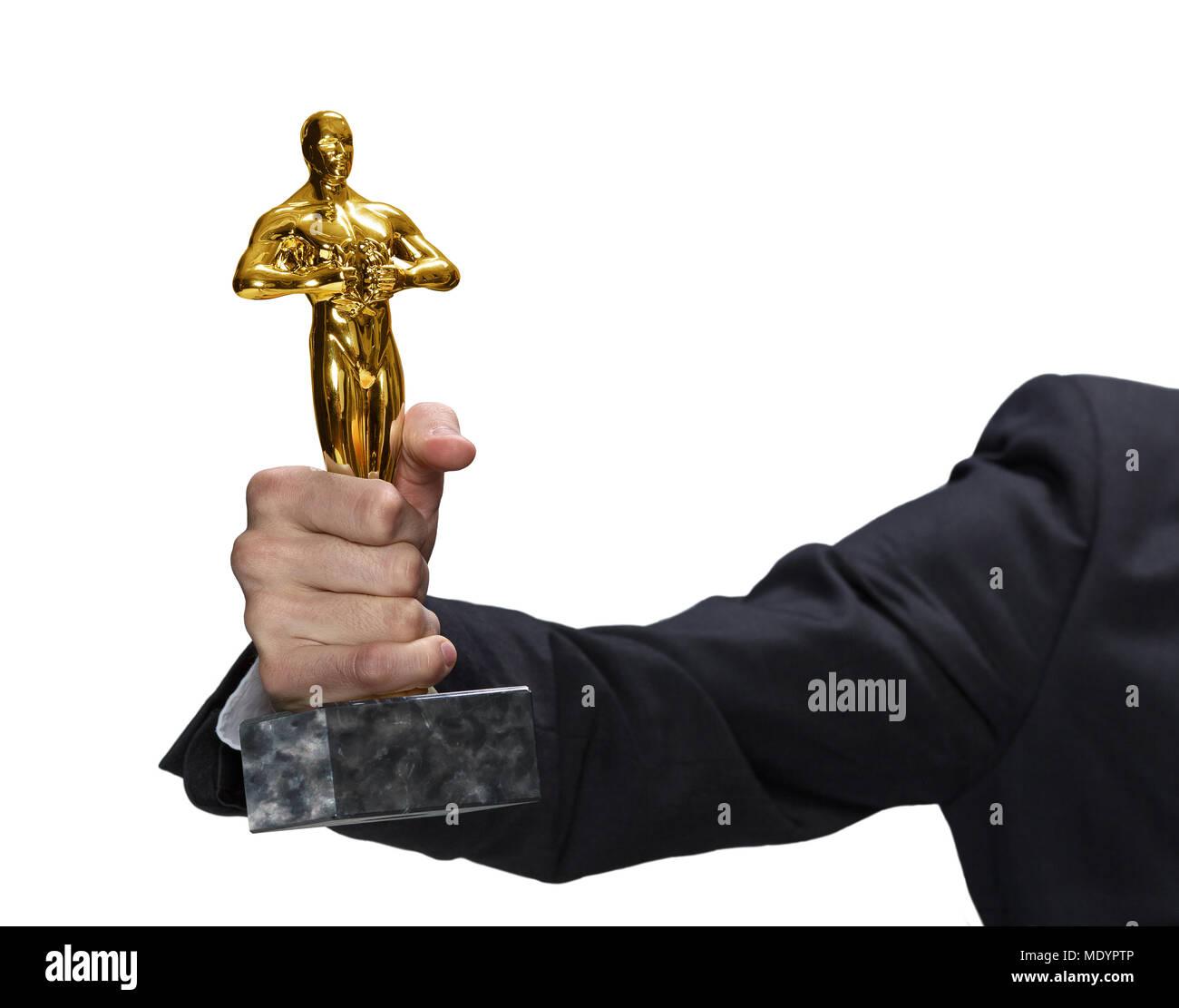 Nahaufnahme der Hand in schwarzen Anzug mit echten Oscar Statue, auf weißem Hintergrund, groß Foto Stockbild