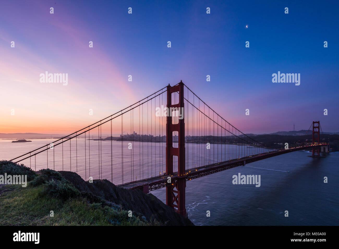 Sonnenaufgang Blick auf Alcatraz, San Francisco und die Golden Gate Bridge von der Batterie Spencer Stockbild