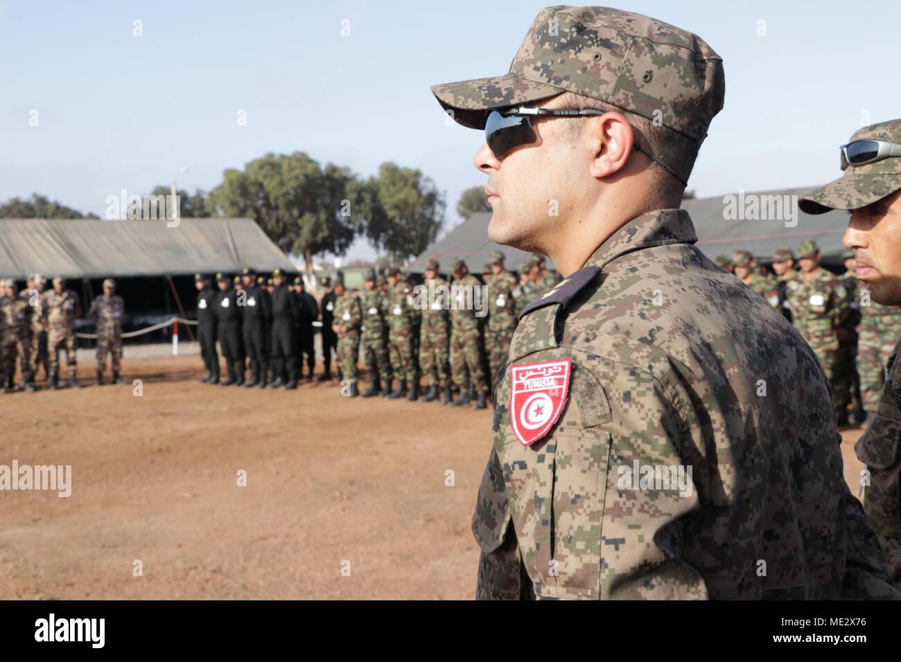 Eine tunesische Soldat steht in der Ausbildung im Rahmen der ...
