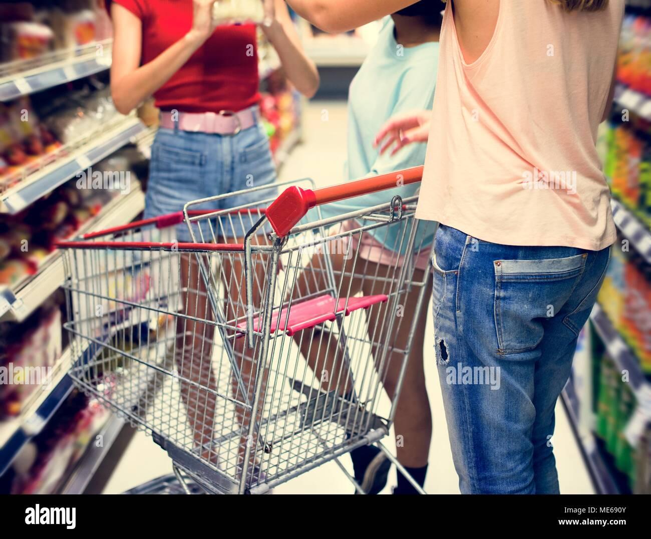 ab470807fb Frauen einkaufen Stockfoto, Bild: 180847659 - Alamy