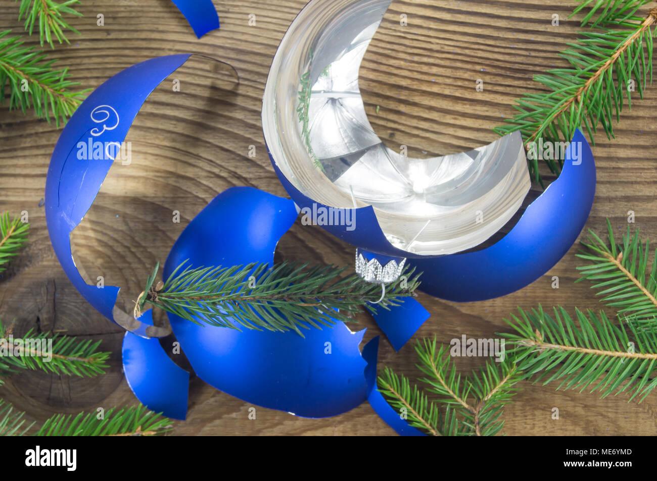 Gebrochene Weihnachten Spielzeug auf Holz- Hintergrund. Die für ...