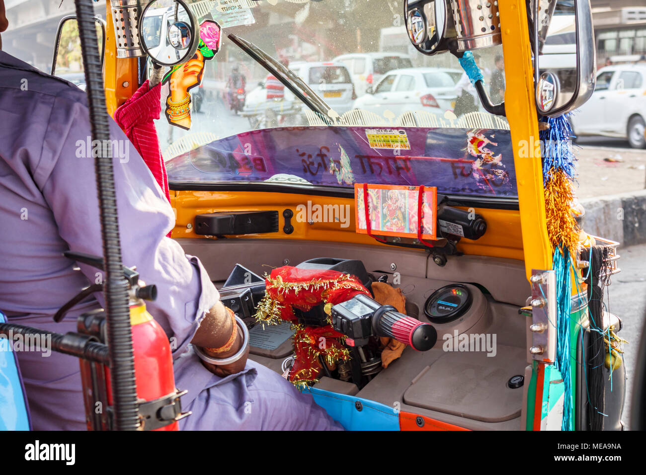 Fahren im Indischen Verkehr: Blick in die bunte Kabine des typisch indischen Tuk-tuk auf den Straßen von Neu Delhi, Punjab, Indien Stockbild