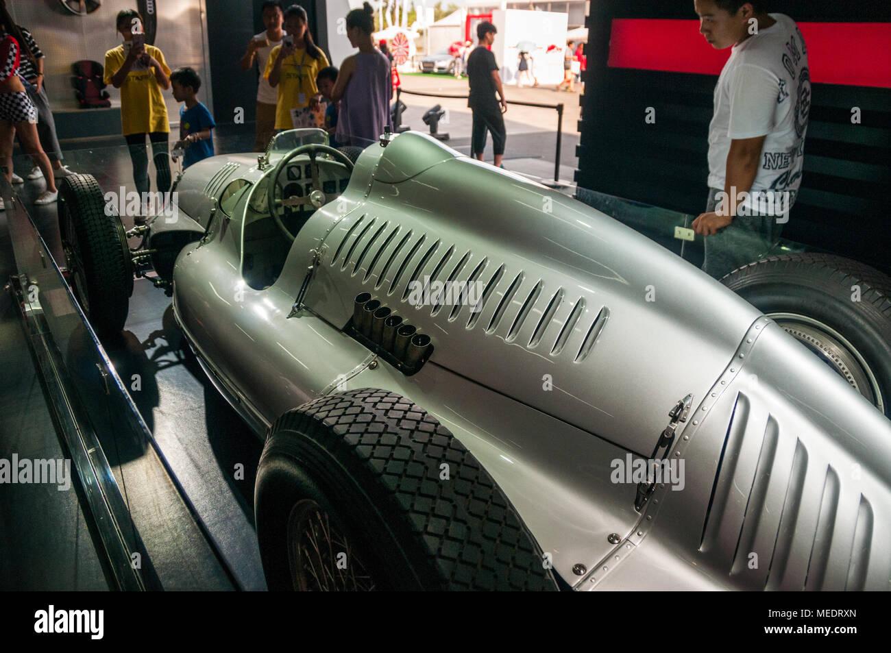 Chinesische Besucher die Prüfung des Auto Union Typ D 1938 Grand Prix Wagen an einem Audi Sport Event auf dem Shanghai International Circuit. Stockbild