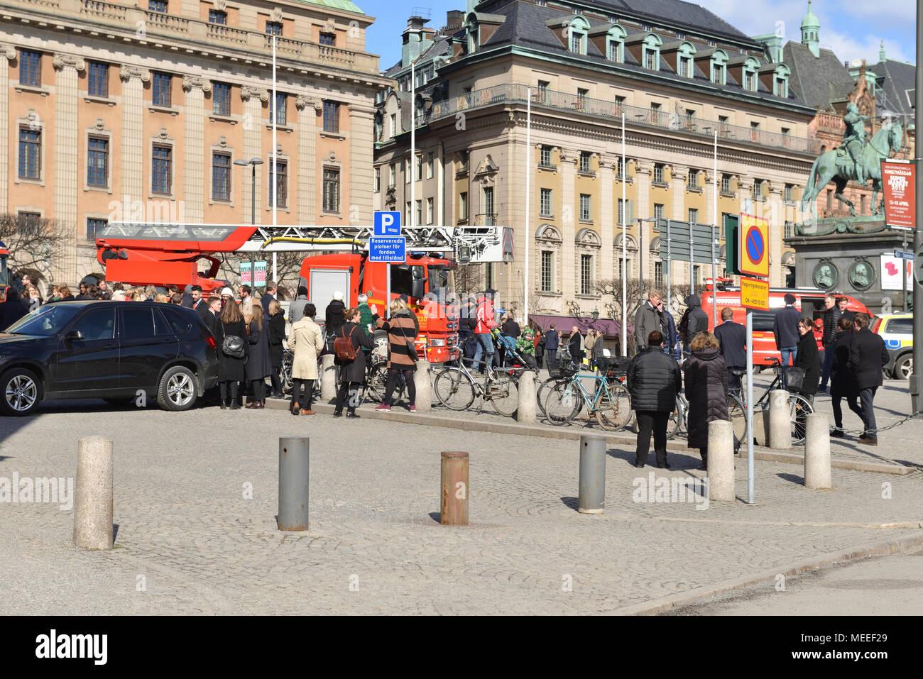 Feuerwehr, Polizei und Rettungsdiensten auf Gustav Adolfs Torg. Leute vom Ministerium für Auswärtige Angelegenheiten evakuiert Stockbild