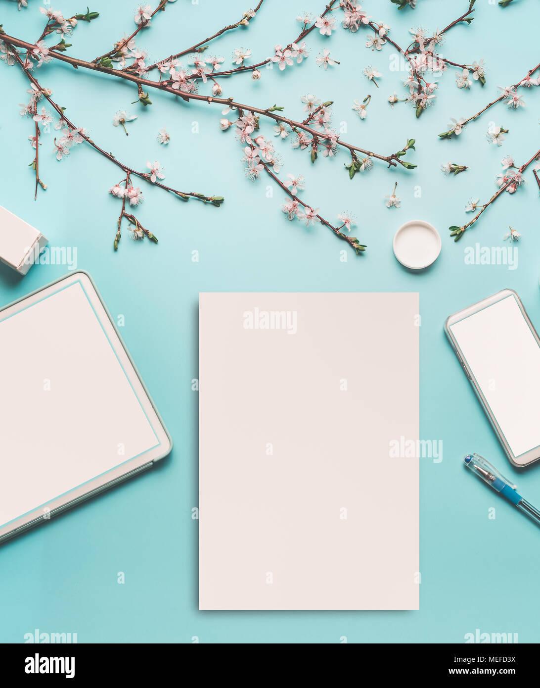 Frühling Hintergrund mit Cherry Blossom Zweige auf blau Desktop ...