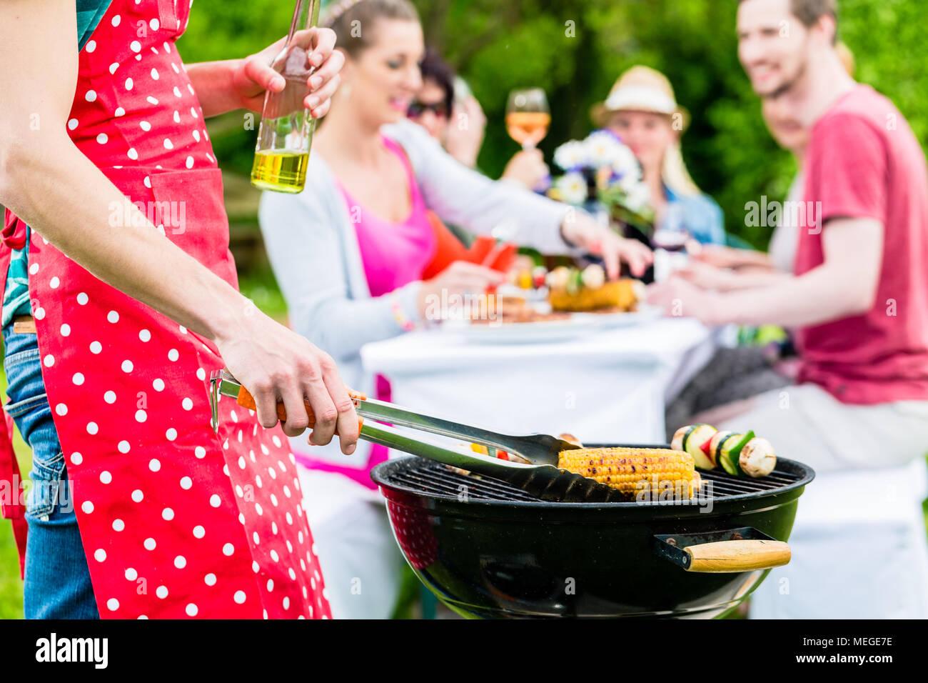 Man Grillen von Fleisch und Gemüse auf Garden Party Stockbild
