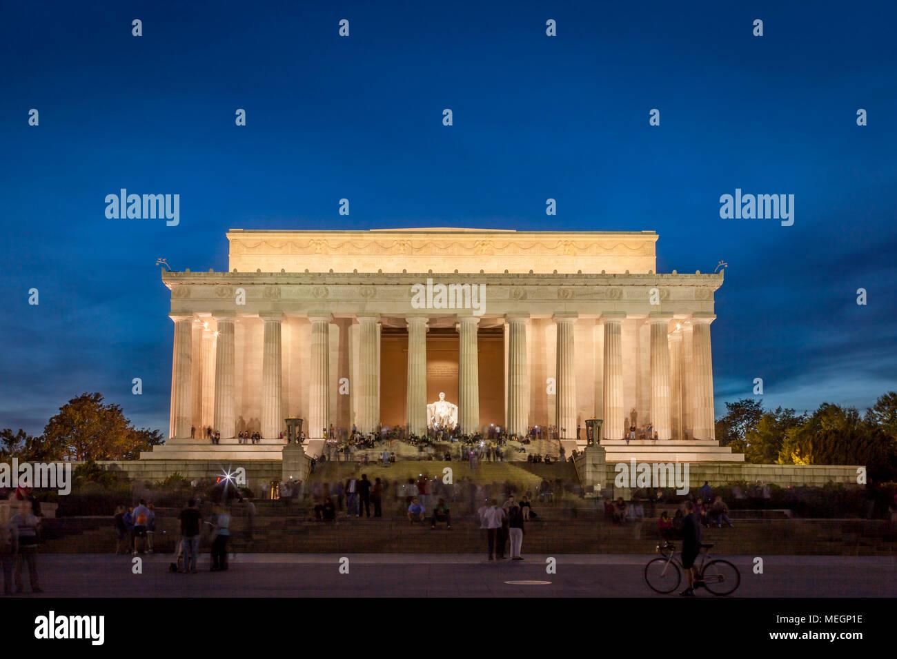 Touristen am Lincoln Memorial in der Dämmerung, Washington, DC, USA Stockbild