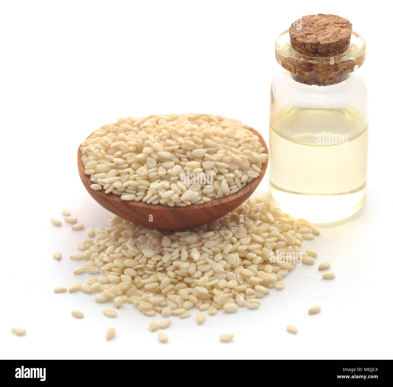 Geschälte Sesamsamen mit Öl in eine Flasche mit weißem Hintergrund Stockbild