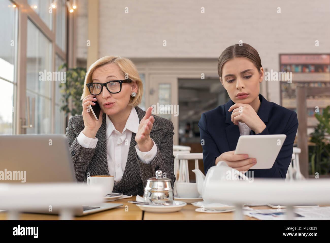 Bestimmt Geschäftsfrau, am Telefon zu sprechen Stockbild