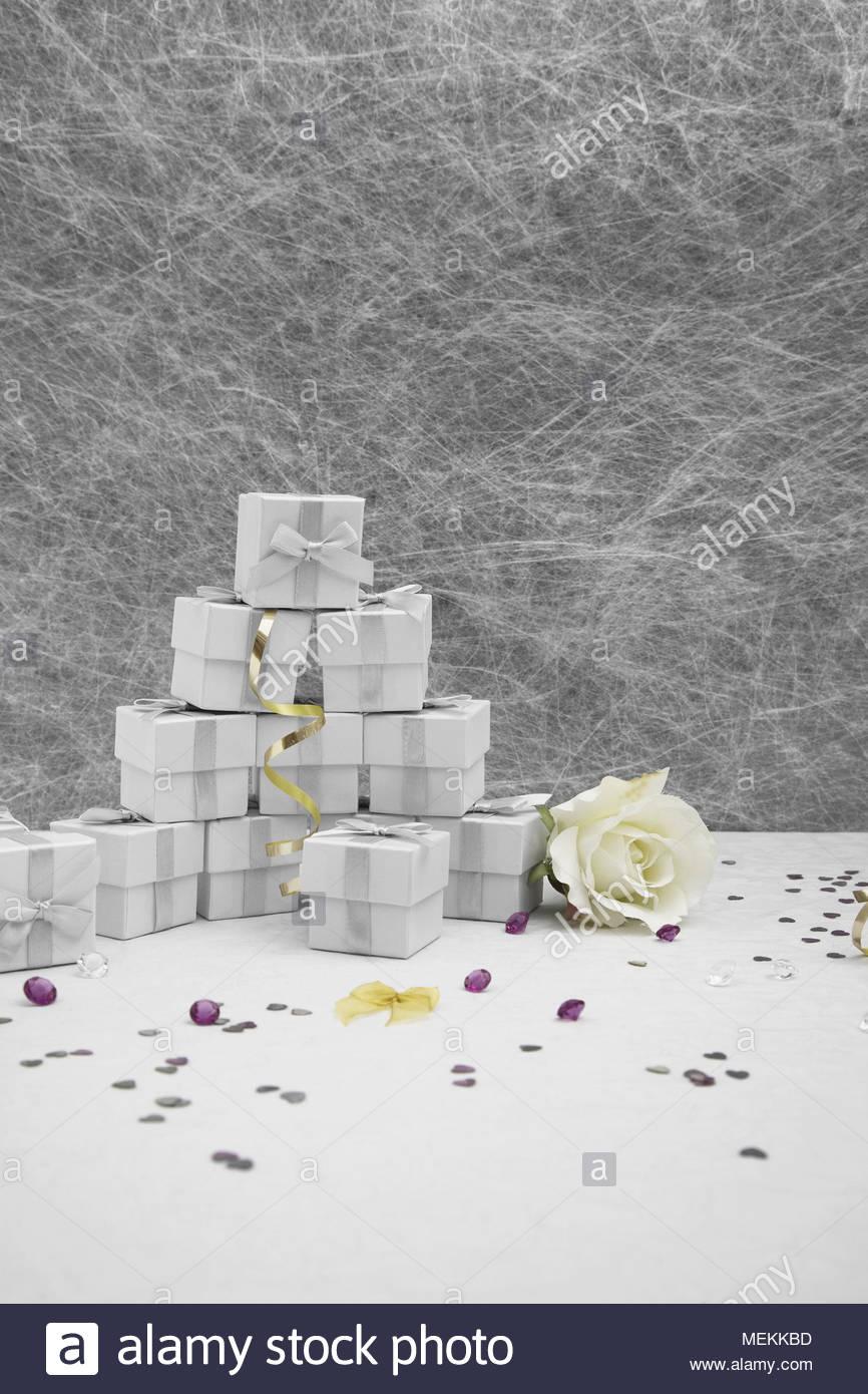 Hochzeit Gunst Boxen Auf Eine Weisse Tischdecke Mit Goldene Bander