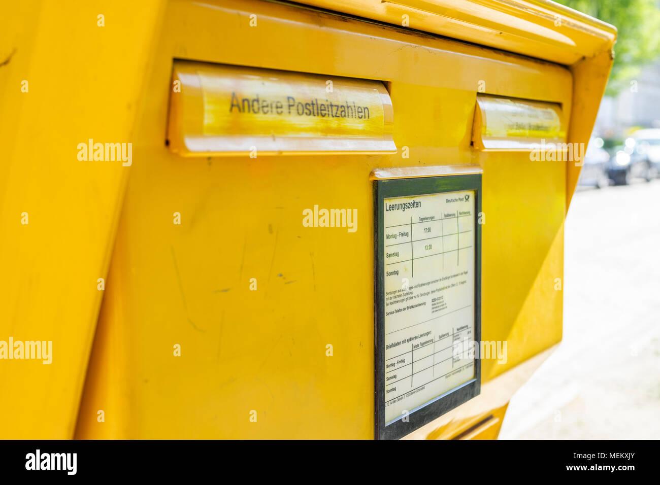 Gelbe Deutsche Post Brief Briefkasten In Deutschland Stockfoto