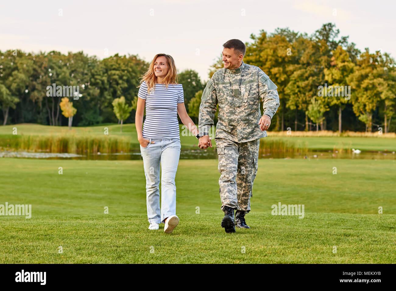 Romantische reifes Paar Wandern auf dem Gras. Stockbild