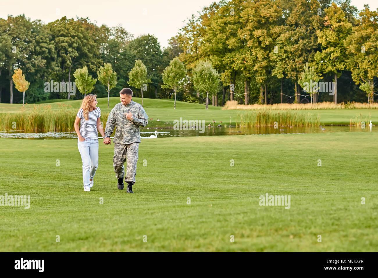 Glückliches Paar schöne Wanderungen auf dem Gras. Stockbild