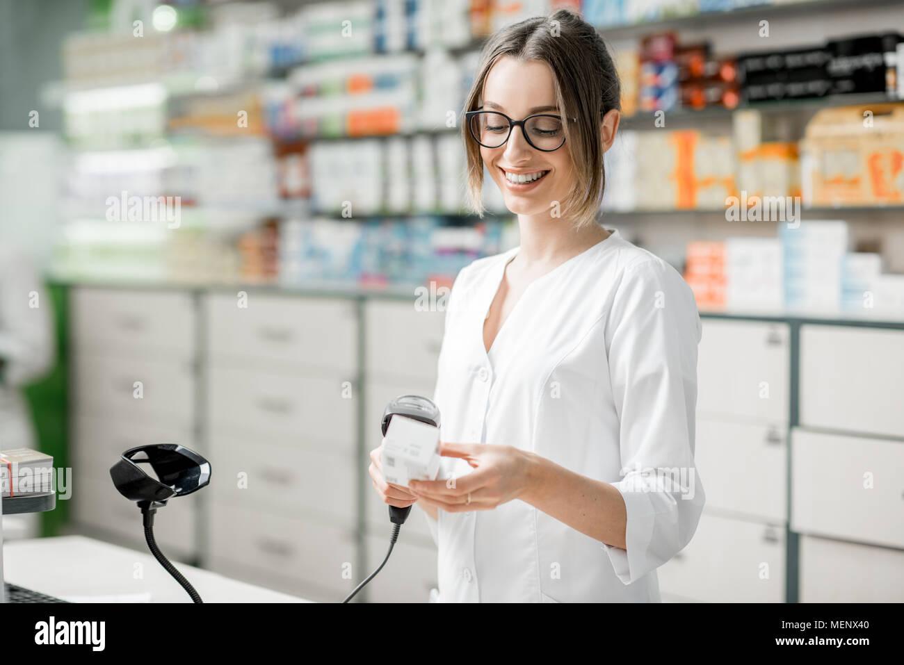 Apotheker Verkaufs von Arzneimitteln in der Apotheke Stockbild