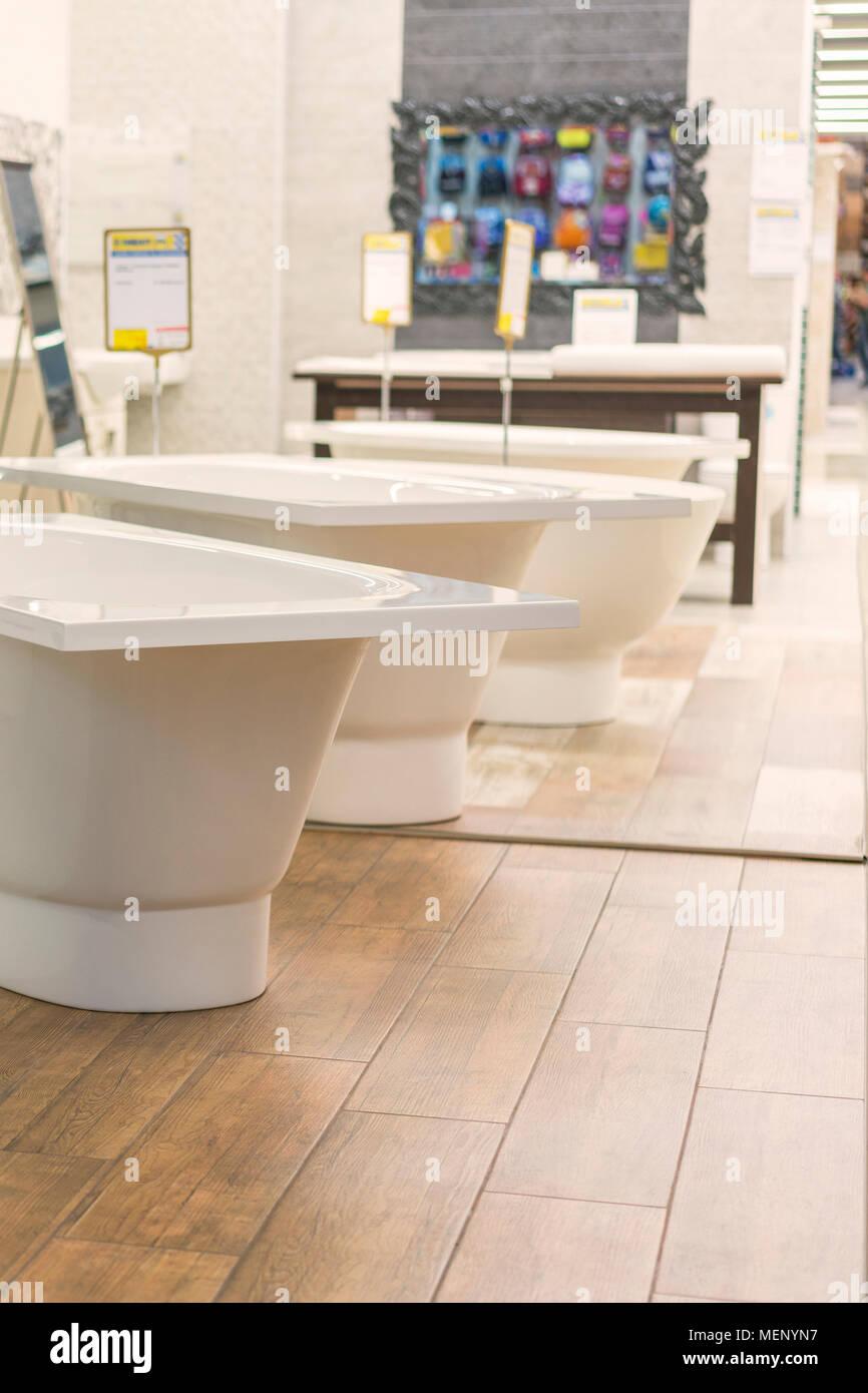 Bäder in der Sanitär-Store. Sanitär Shop. Weiße Badezimmer Stockfoto ...