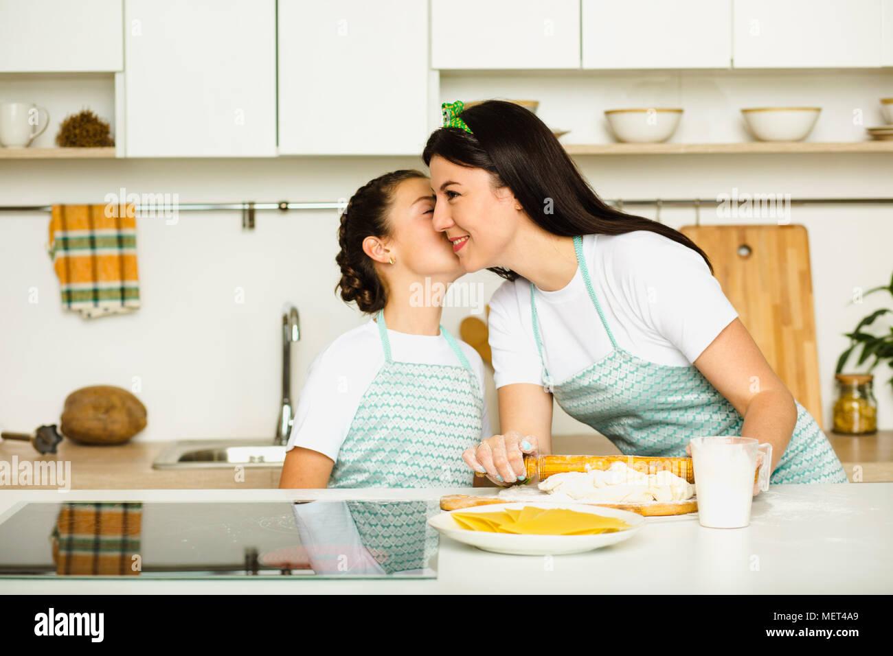 Mutter und Tochter Kochen in der Küche Stockbild