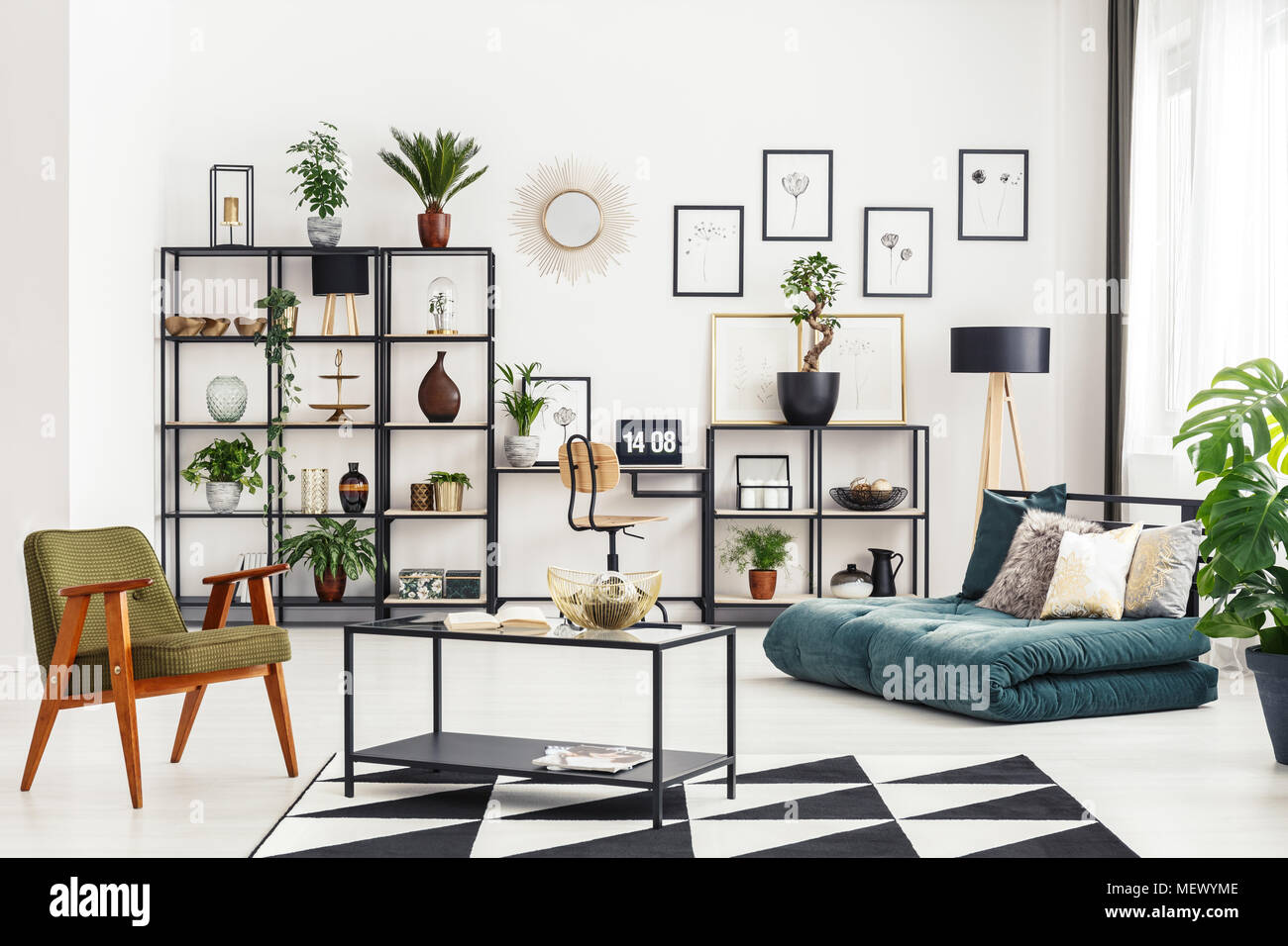 Home office Ecke mit Schreibtisch und Laptop in Weiß ...