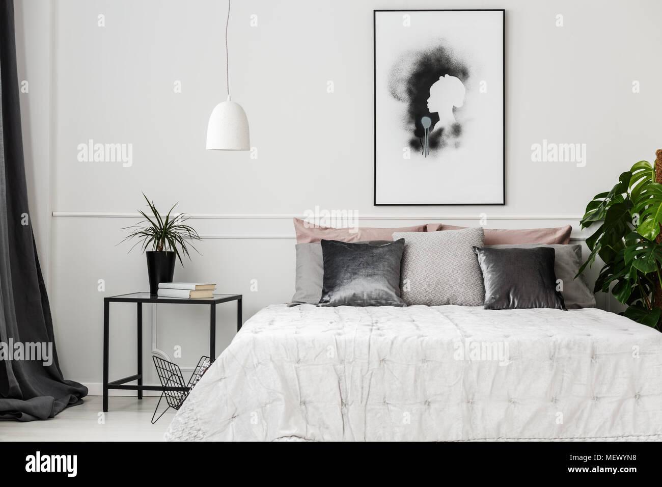 GroBartig Helles Hotel Schlafzimmer Innenraum Mit Frischen Topfpflanzen, Bücher Auf  Metall Tisch Und Poster An Der Wand