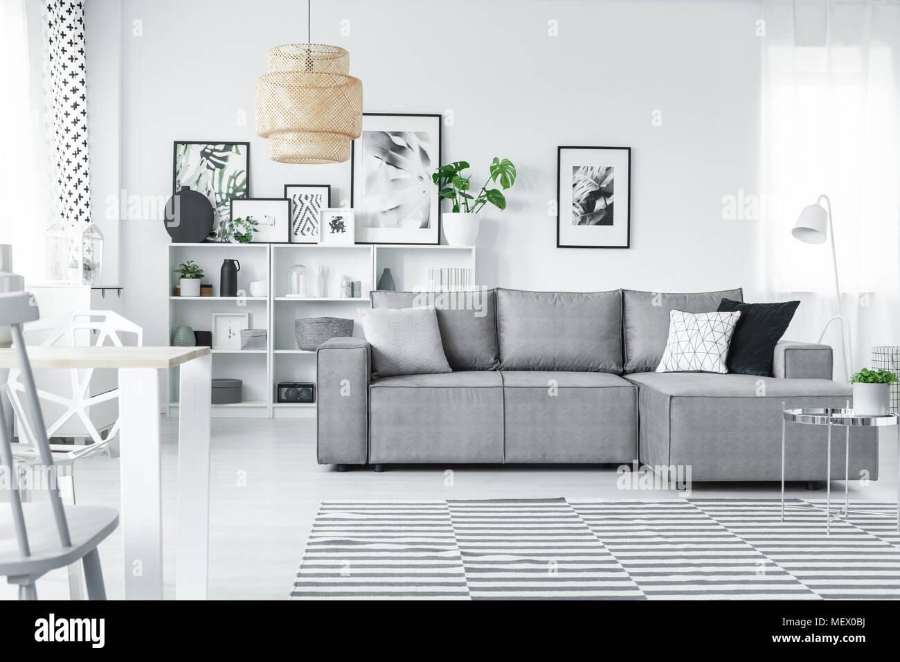Charmant White Studio Einrichtung Im Skandinavischen Stil Mit Grauem Eckcouch,  Galerie Für Moderne Kunst Und Windows
