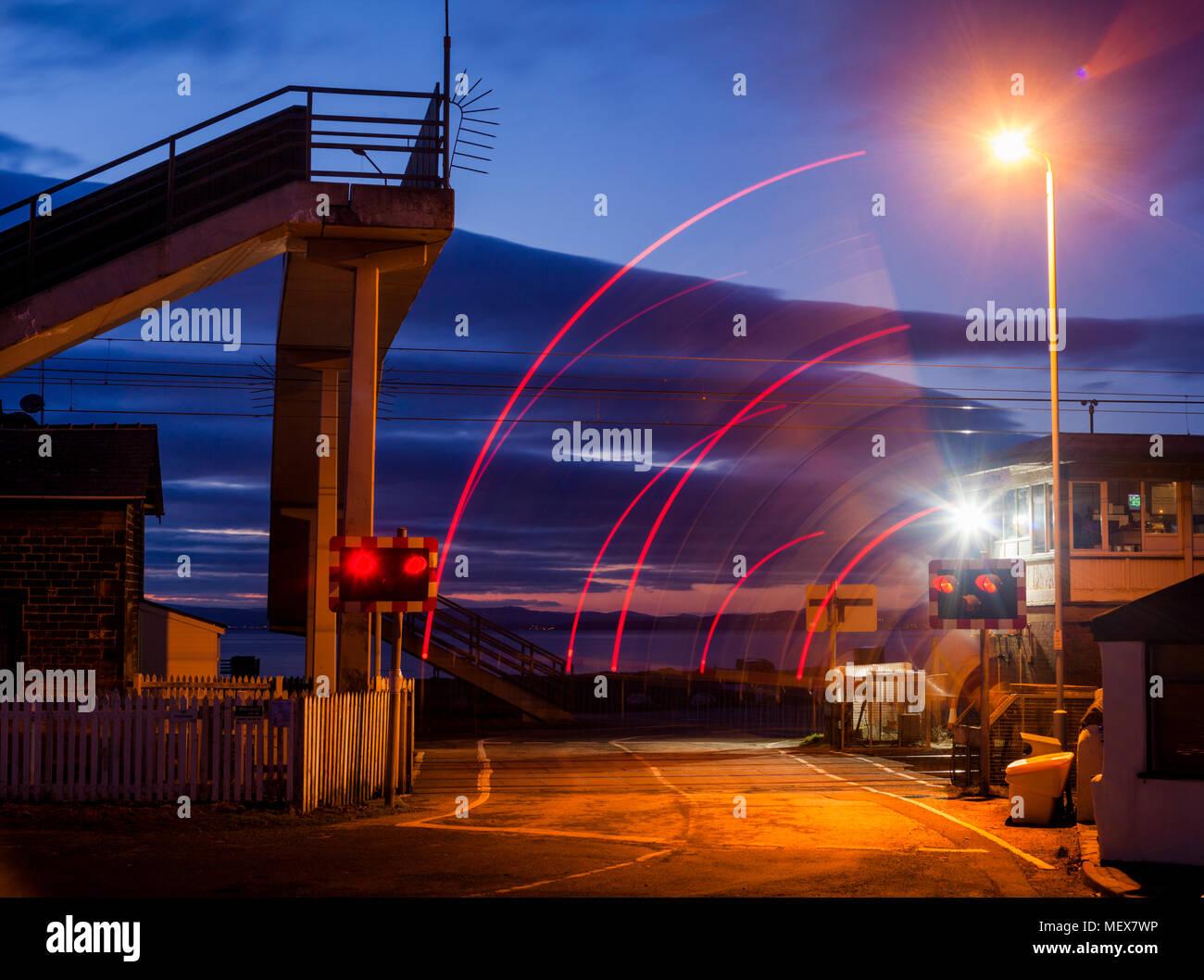 Hest Bank Bahnübergang mit Schranken und blinkende Lichter auf der West Coast Mainline, Lancashire, Großbritannien Stockbild