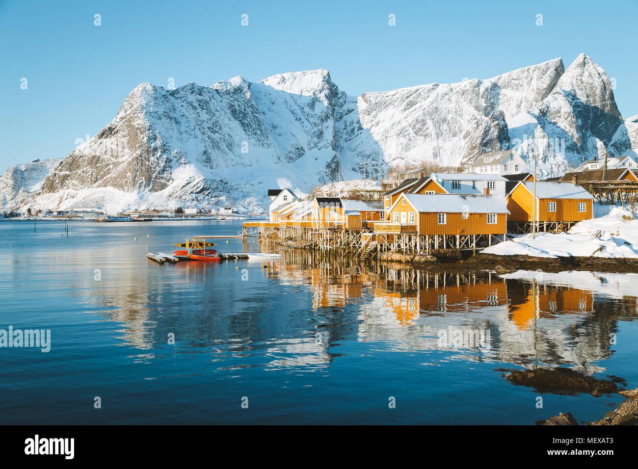 Malerische Lofoten Inseln Winterlandschaft mit traditionellen gelben fisherman Rorbuer Kabinen im historischen Dorf Sakrisoy, Norwegen Stockbild