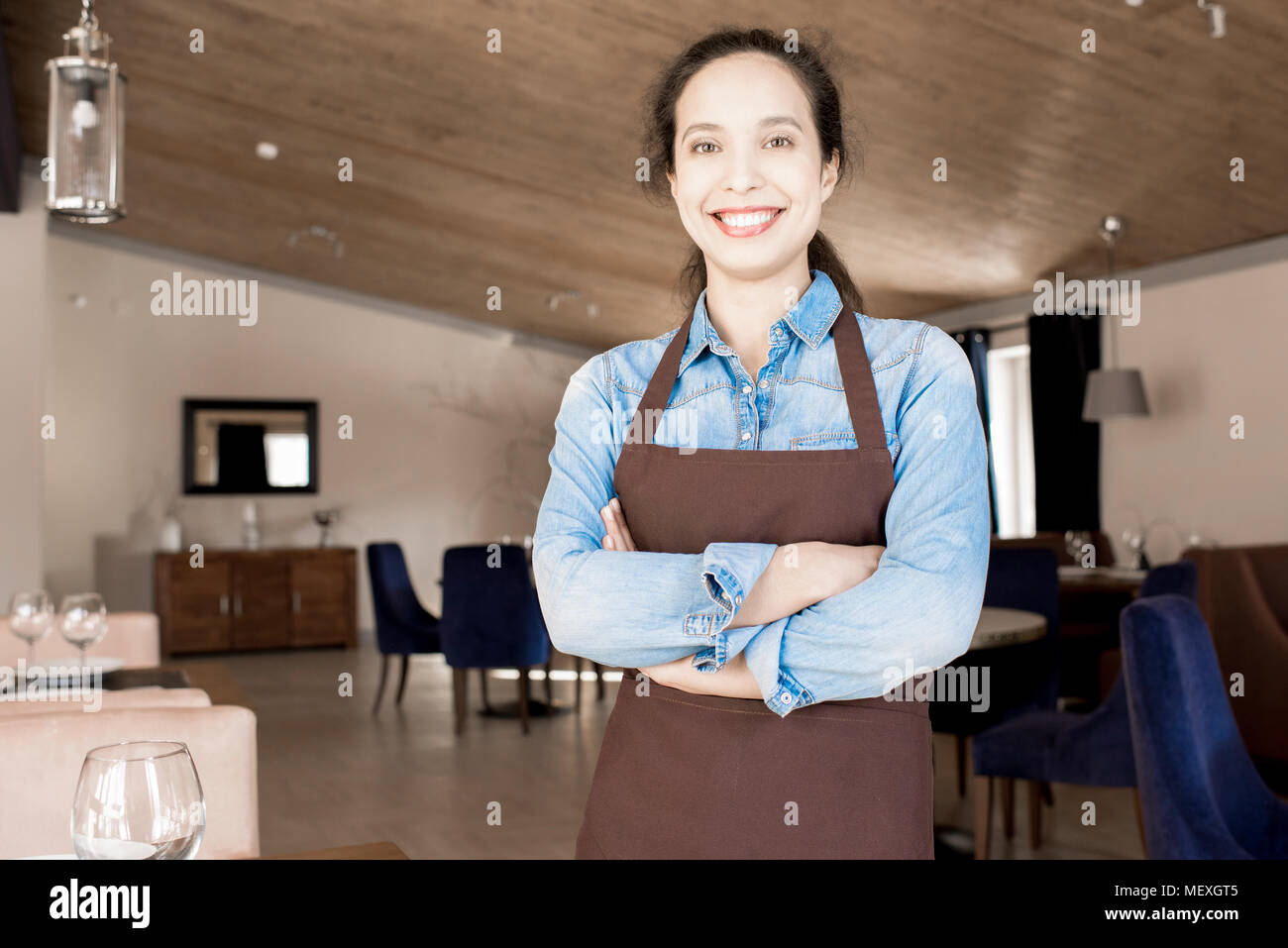Fröhliche schöne Kellnerin im Cafe Stockbild
