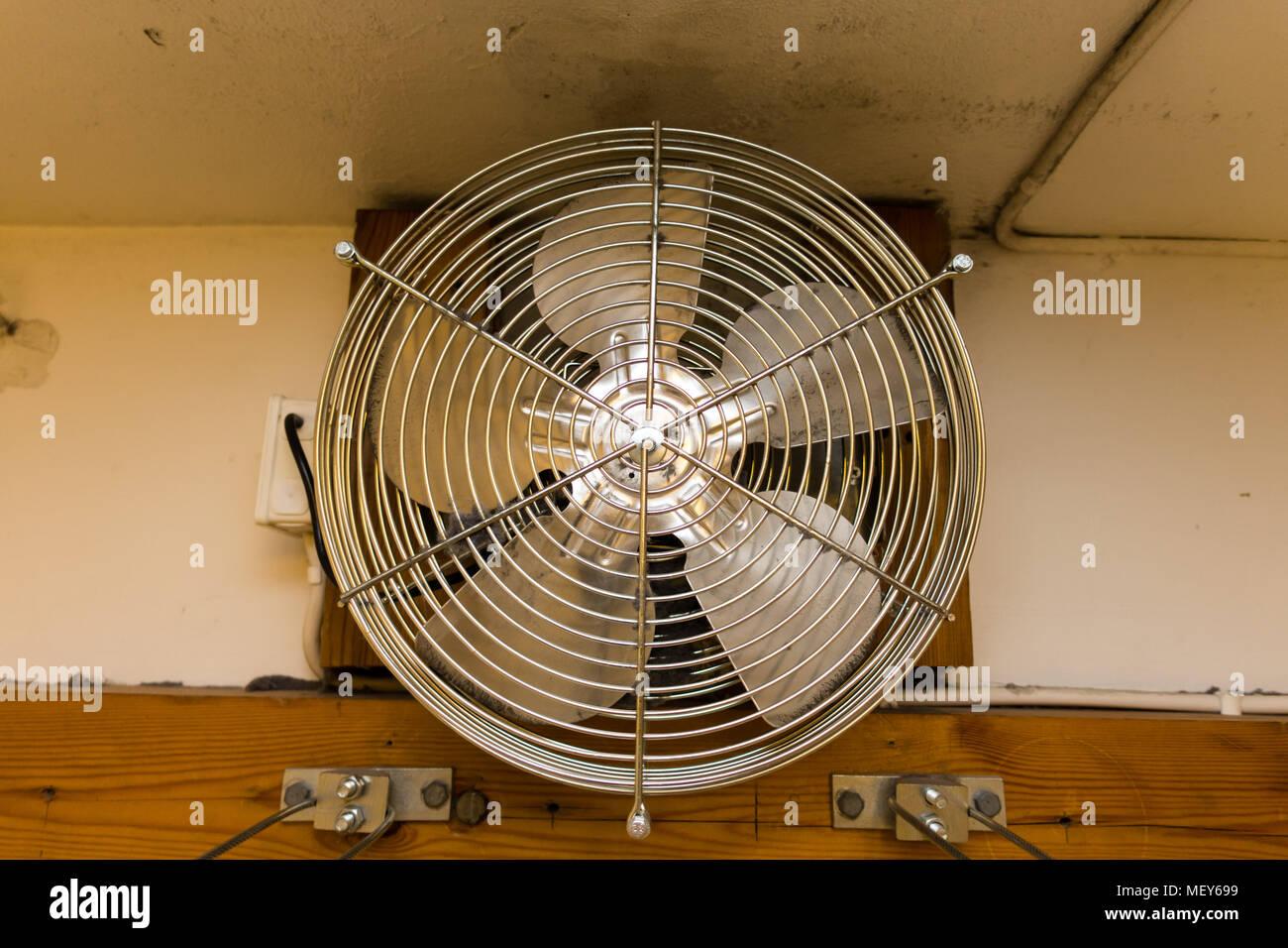 Ein Metal Fan in einem Trockenraum Stockbild