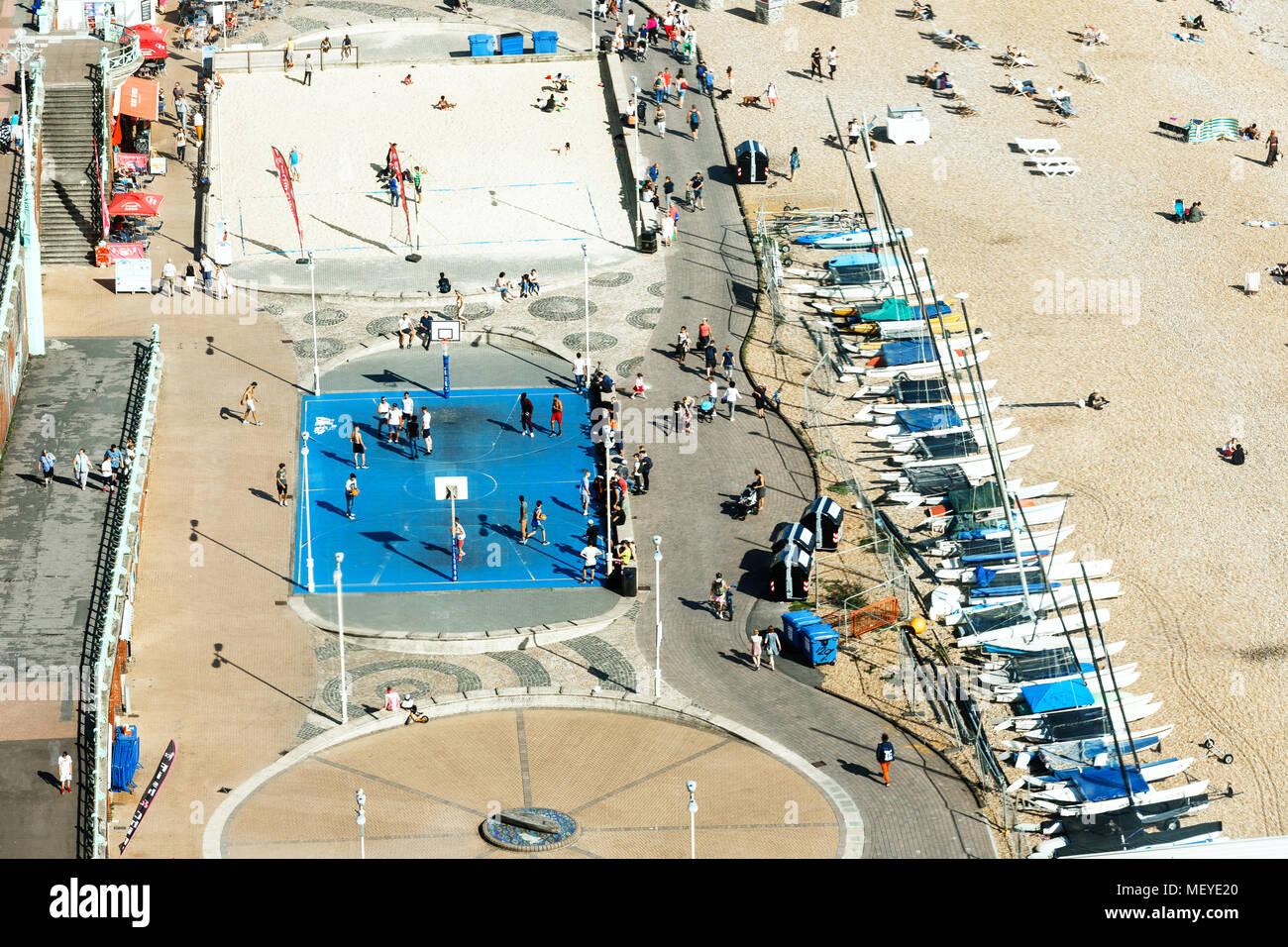 Luftaufnahme von Brighton, Leute spielen Basketball auf Hof, Parkplatz für Yachten Stockbild