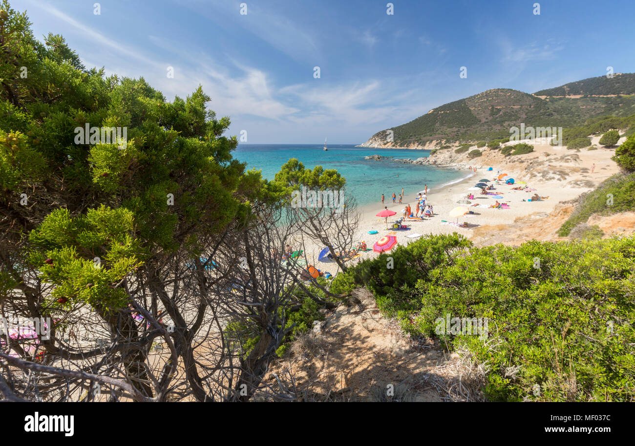 Die mediterrane Vegetation umrahmt, der Strand und das türkisfarbene Meer von Porto Sa Ruxi Villasimius Cagliari Sardinien Italien Europa Stockbild