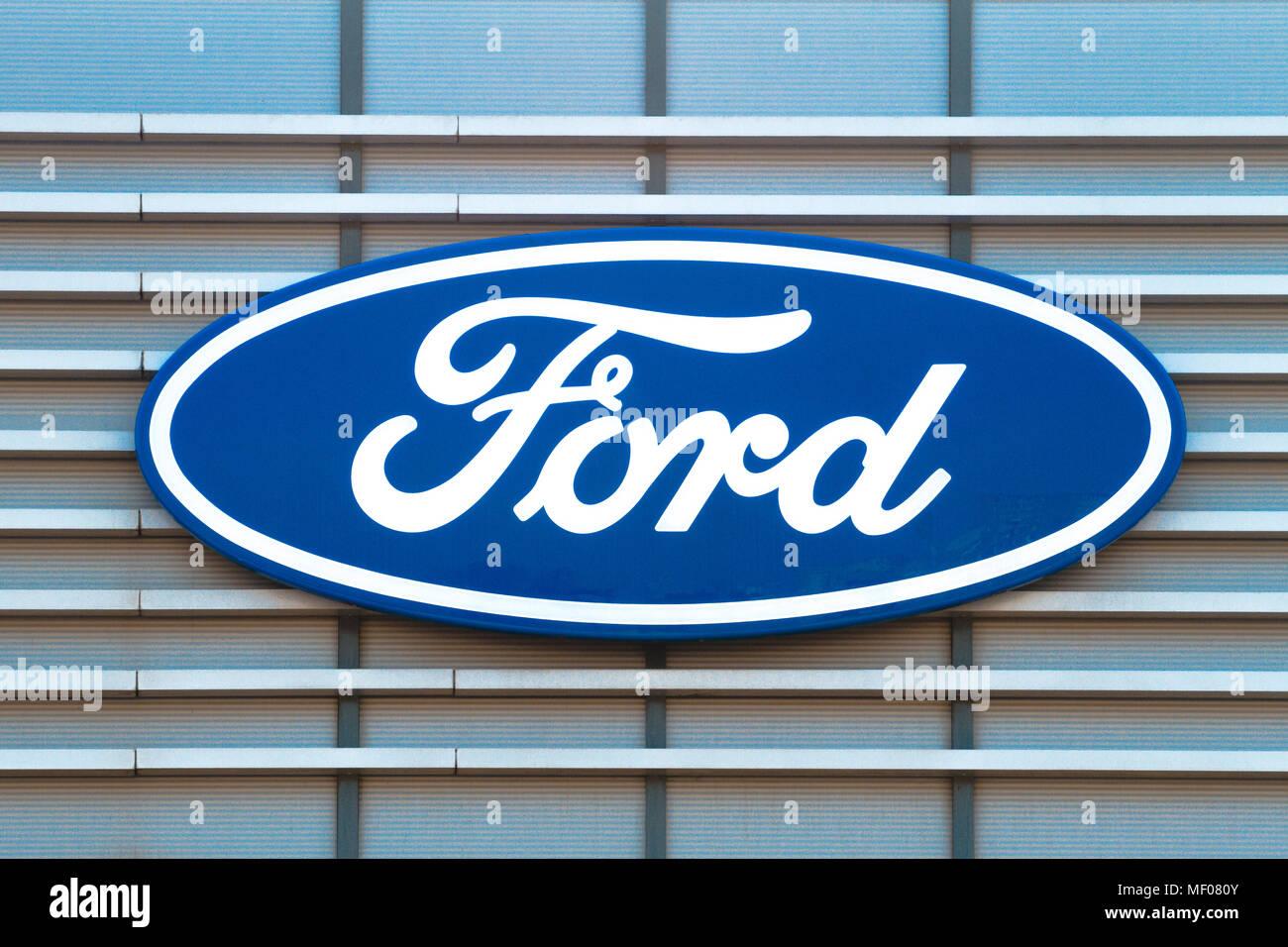 Ford Logo auf den Aufbau des Betriebs. Der Ford Motor Company ist eine US-amerikanische multinationale Automobilunternehmen in Dearborn, Michigan gehabt. Stockbild