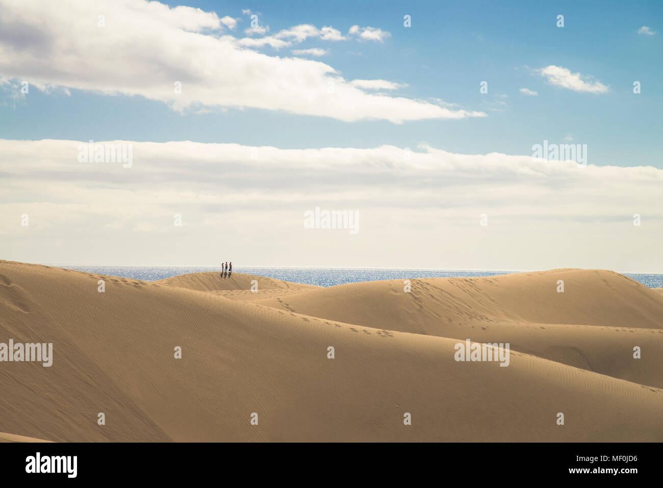 Spanien, Kanarische Inseln, Gran Canaria, Menschen auf Sanddünen von Maspalomas Stockbild