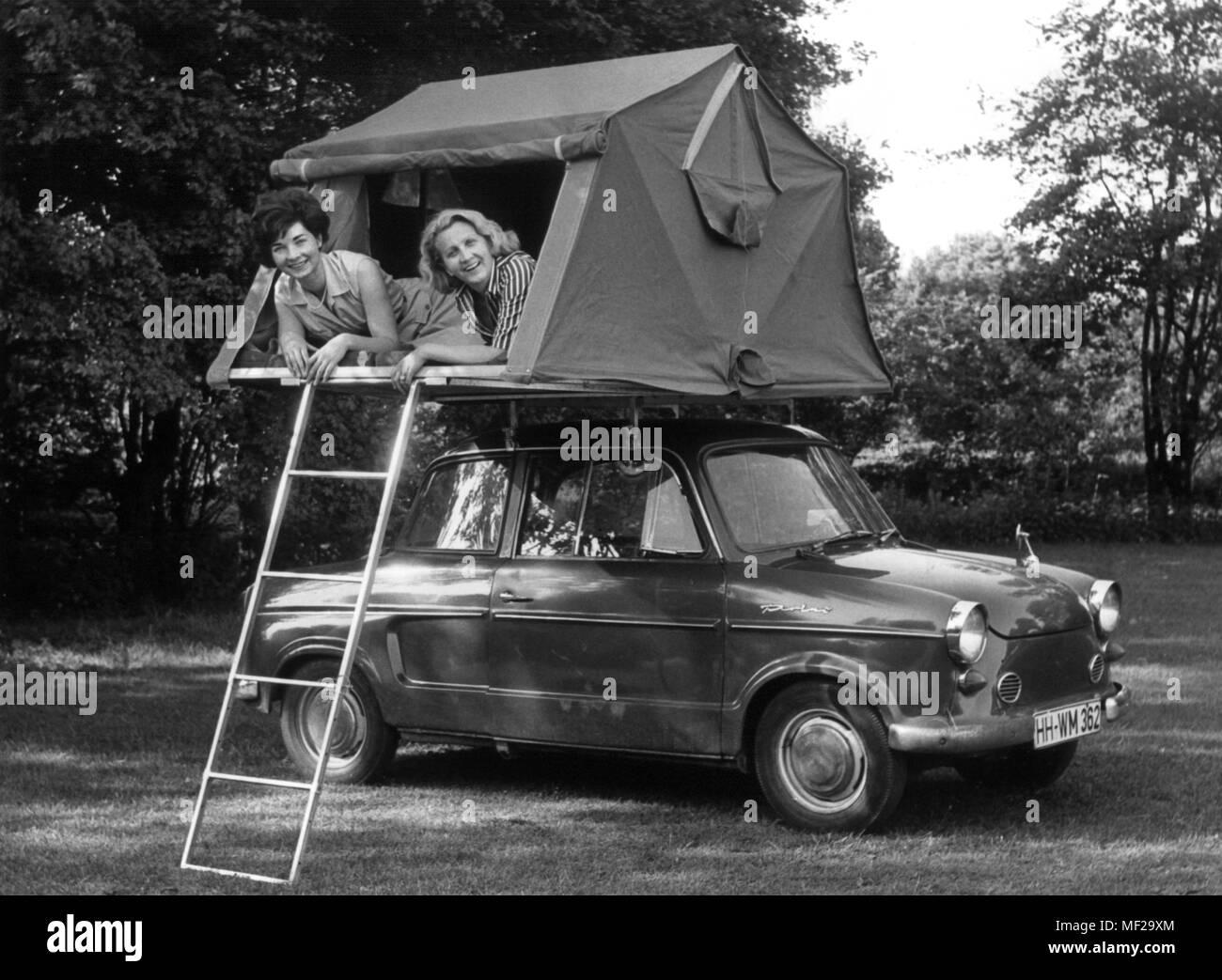 zwei junge frauen liegen in einem wohnmobil dachzelt. Black Bedroom Furniture Sets. Home Design Ideas