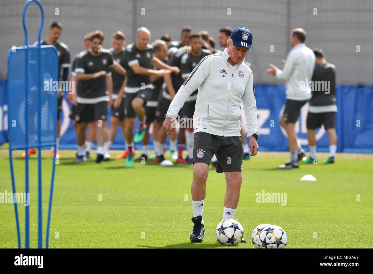 Jupp Heynckes Trainer Bayern Munchen Im Hintergrund