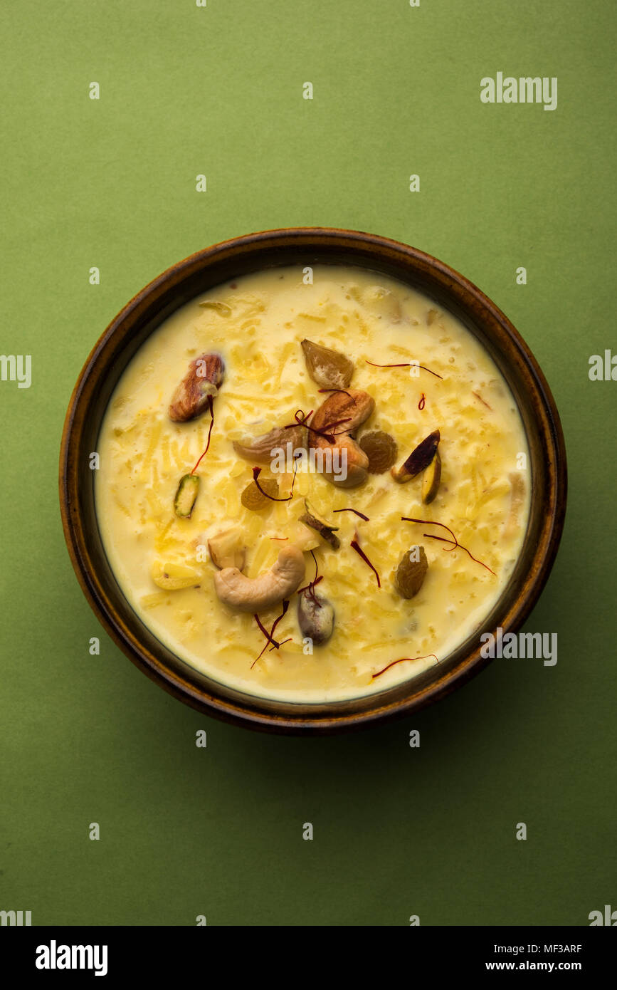 Kheer oder Milchreis ist ein indisches Dessert in einem braunen terracotta Schale mit trockenen Früchte toppings Stockbild