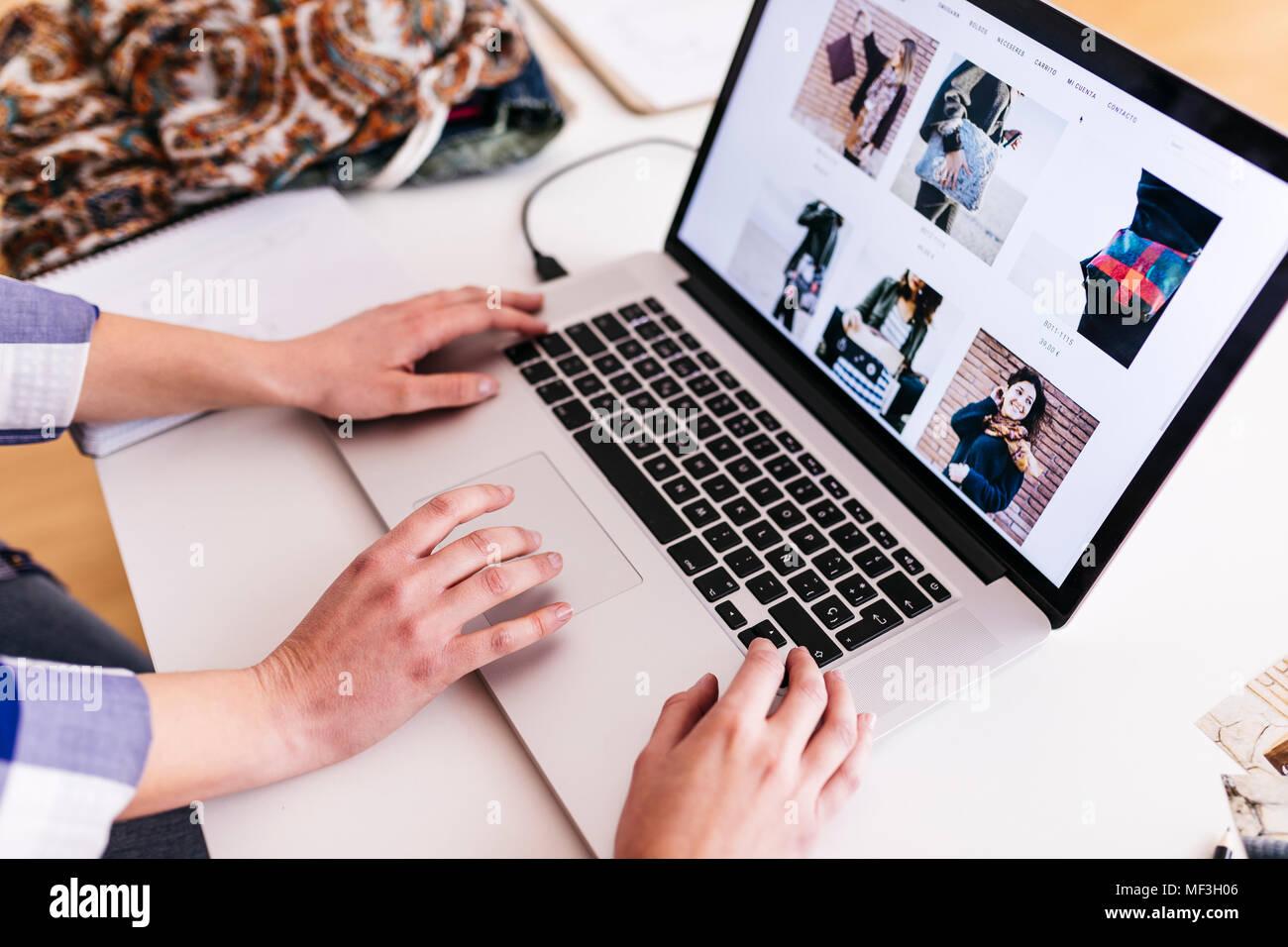 In der Nähe von zwei Frauen, die auf Fotos auf dem Laptop Stockbild