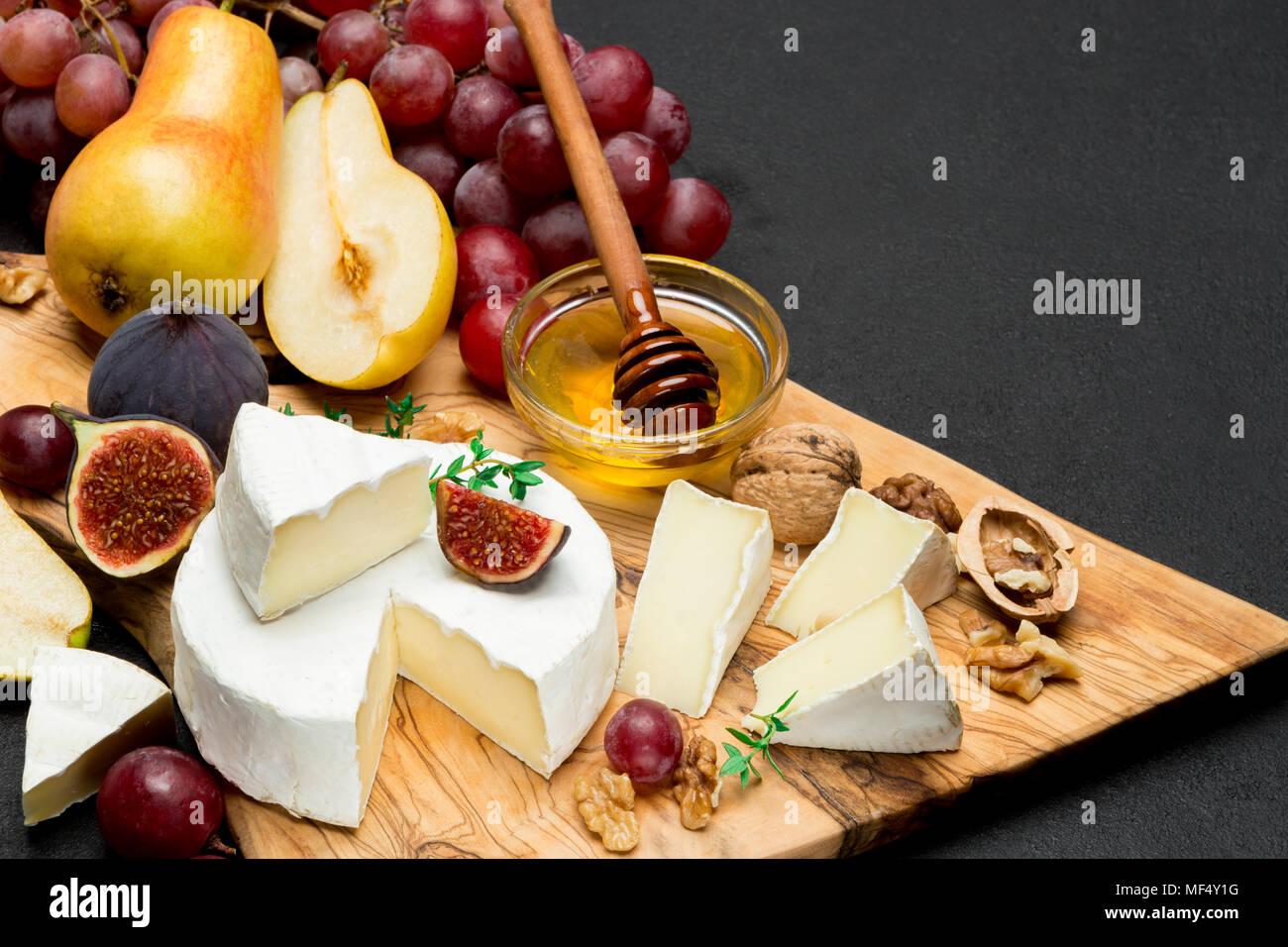 Scheibe der Französischen Brie oder Camembert Käse und Birnen auf Holzbrett Stockbild